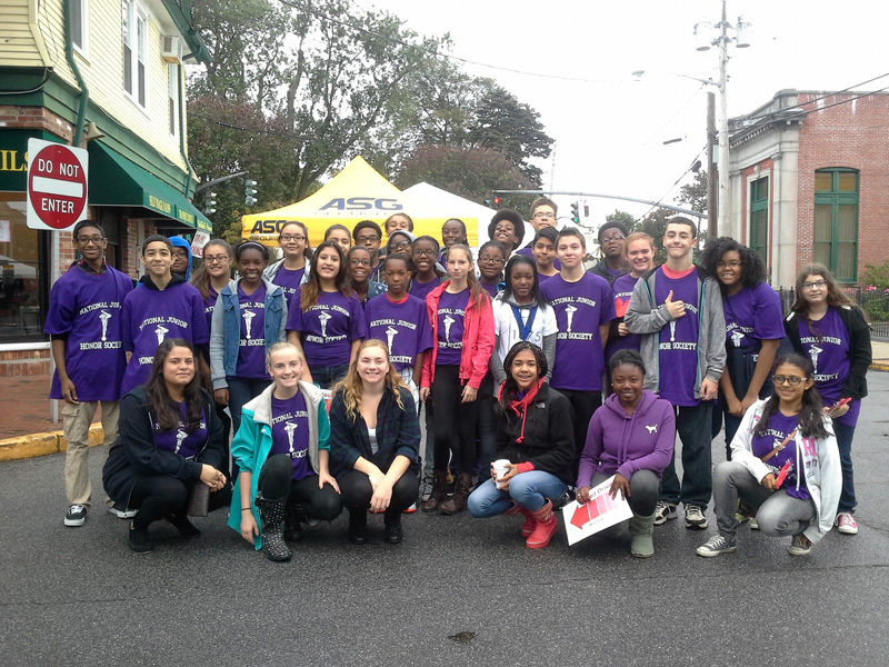 NJHS Students Pitch In at Applefest